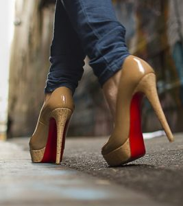 Elegant Escort Girl in Istanbul on thin heels. The shoe designer girl in the alley where going to escort bayan.