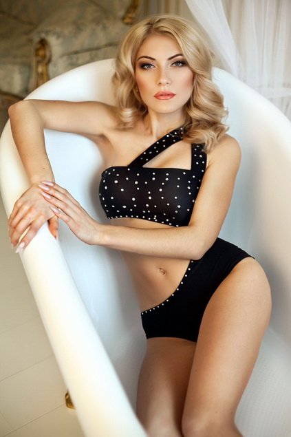 Exclusive escort in Istanbul pussycat Eva is laying in the bath without water and is looking at you in order to lure you with her charming gaze
