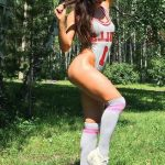 Eve gelen escortlar Katya in the fitness bodysuit is standing in the forest lit by the sun